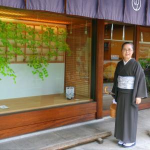 お盆に京都の職人さんの技を堪能!「鶴屋吉信」へ 墨茶紫の無地の夏単衣で