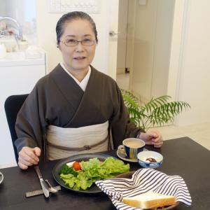 自宅こもり中、樋口可南子さんのカジュアル着物!墨茶着物によろけ縞帯締めて