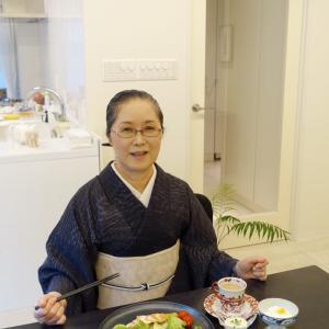 着物スタイリスト秋月洋子さんプロデュースの硝子帯留め!濃紺地白波縞着物で