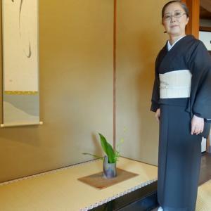 パイナップル極細繊維(ピーニャ)に墨手描き芭蕉の帯締めて、吉田山荘で仕事