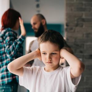 夫婦間のDVが、子供の心にどう影響を与えるのか?
