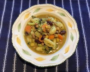 グルテンフリーニョッキ入り豆と野菜のスープなど