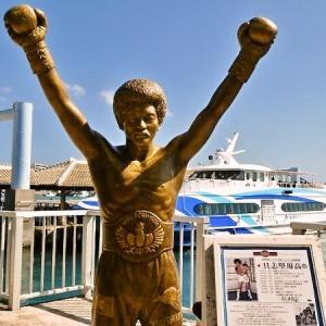 石垣港のアイドル  具志堅用高のブロンズ像と石垣港