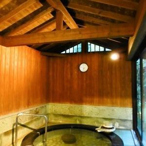 土肥温泉の庭園旅館 「玉樟園新井」 朝の貸切露天風呂風呂 山水にて