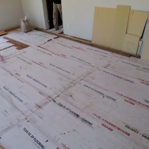 リビングの天井に壁紙を貼る