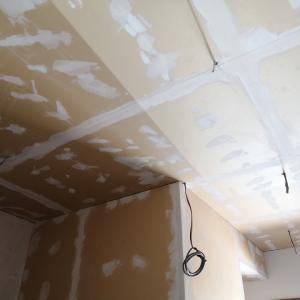 玄関ルームの天井に壁紙貼り