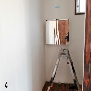 洗面台のライトとトイレのスイッチの配線ができてた