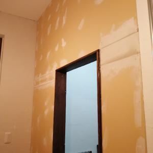 新しい壁に壁紙を貼る