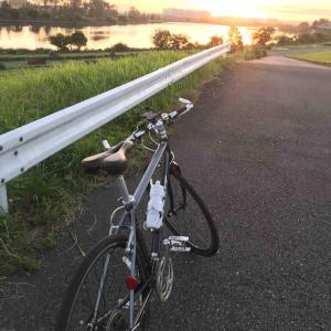 早朝の荒川サイクリングロードをサイクリング。早起きのご褒美です。