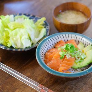 【レシピ】発酵玉ねぎ入りのたれでうまみアップ – 『サーモンの漬け丼』