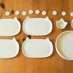 数年越しで完成した、自作の「ネコ皿」と「肉球箸置き」。
