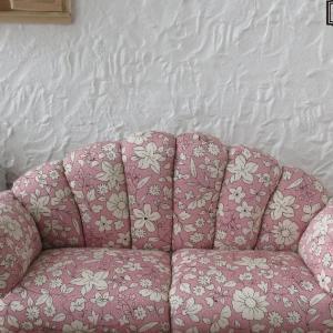 ピンク系花柄ソファ