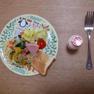 朝食は野菜たっぷりパスタとハムチーズトースト!
