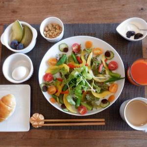 朝食は十数種の彩り野菜のプレート!
