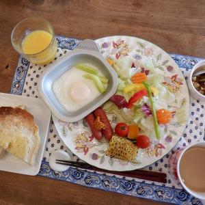 朝食はフライドエッグとウインナー!