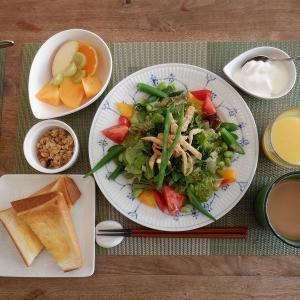 朝食は3種の葉野菜のシーザーサラダ!