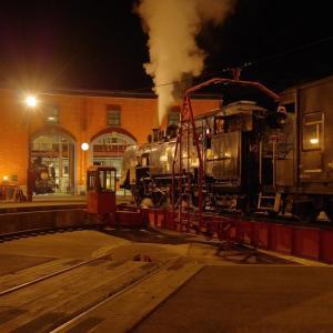 2機の蒸機がいる景色~夜の機関庫