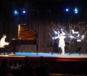 花とピアノのパフォーマンスデビュー