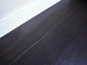 敢えて黒い床を選んだ理由。