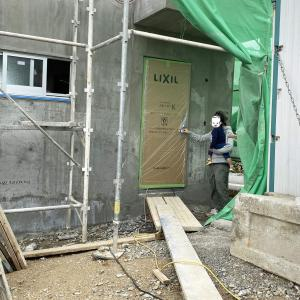 マイホームの玄関扉がついた!杉のフローリングも工事中