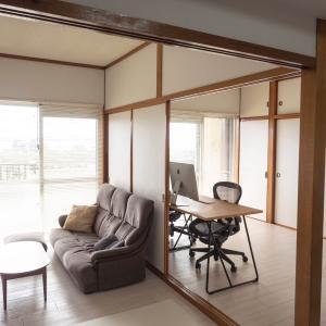 小さな家はオープン書斎。生活と仕事をつないで効率化