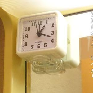 洗面所に時計を置きたい、浮かせたい。