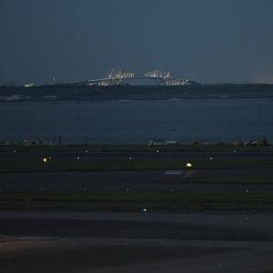 羽田空港第2ターミナル 飛行機の彼方にゲートブリッジに灯り 8