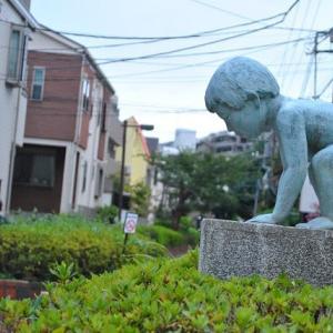 早朝の散歩で谷端川の緑地の子供の銅像を見ました  3-10