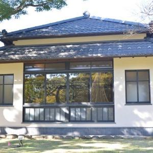 肥後細川庭園 松聲閣の和風建物が建っています 3