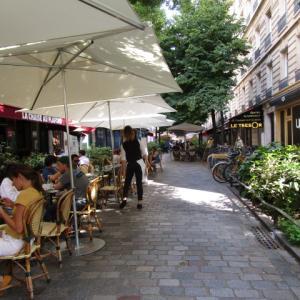 マレ地区に行ったら地元風のカフェで。