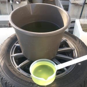陽気な日に容器洗い 水換え