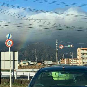 山と雲の間に虹が🌈