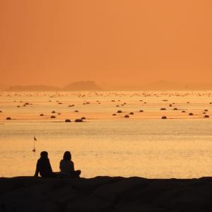 夕焼けの海に