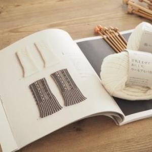 『ダルマパターンブック3』から、白いハンドウォーマー編みます。