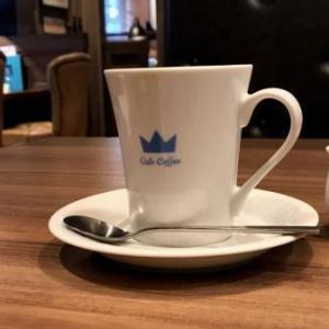 夏の暑い日、喫茶店でコーヒーを一杯。