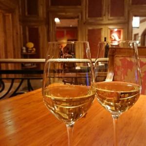 一流ホテルディナーはワインボトルが空になるおいしさ