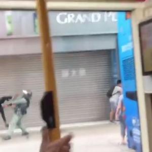 海外「ライダーキックかな」 香港人の飛び蹴りが警察にクリーンヒットする動画が話題に