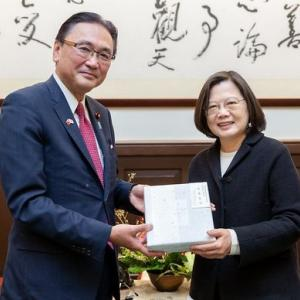 海外「また中国が怒るな」 安倍首相が台湾の蔡英文総統の再選を祝う