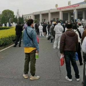 海外「武漢で終わりない葬儀行列。公表数字に疑いの声」