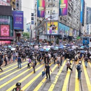 海外「香港で国家安全法に反対する抗議が起きる。催涙ガスが発射され180人以上が逮捕」