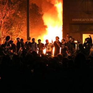 海外「暴動が酷すぎてアメリカの警察が警察署を放棄して逃げ出す。警察署は炎上」