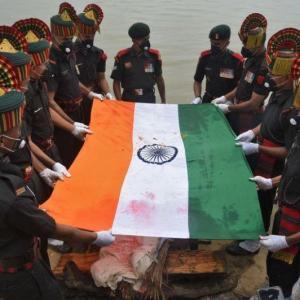 海外「インドで中国との国境紛争で殺された兵士の葬儀が行われる。習近平の写真が燃やされ、中国製品ボイコットが呼びかけられる」