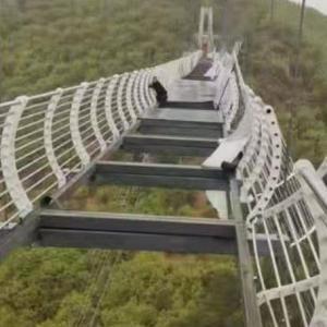 海外「真の恐怖体験。中国の『ガラスの橋』の床が強風で落下、観光客が地上100mで立ち往生」