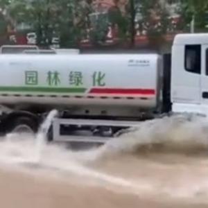 海外「洪水中でも散水車を稼働させる脳死した中国人www」