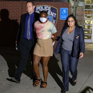 海外「NYCの黒人女がヘイトクライムで75歳のアジア人女性をハンマーで殴って逮捕。他にも3人のアジア人を暴行。前科もあり」