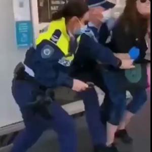 海外「コロナ規制違反による逮捕に抵抗するマスクなし女」