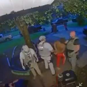 海外「手錠を付けられて連行される黒人を殴るアメリカの保安官」