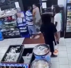 海外「【閲覧注意】コンビニで口論して相手を殴る白人と銃を乱射する黒人」