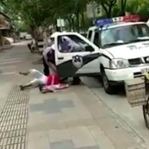 海外「赤ん坊を抱いた女性を地面に叩きつける中国警察」