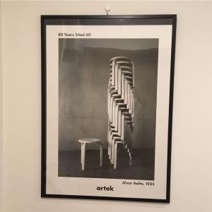 artekスツール60のポスターで玄関にアクセントを